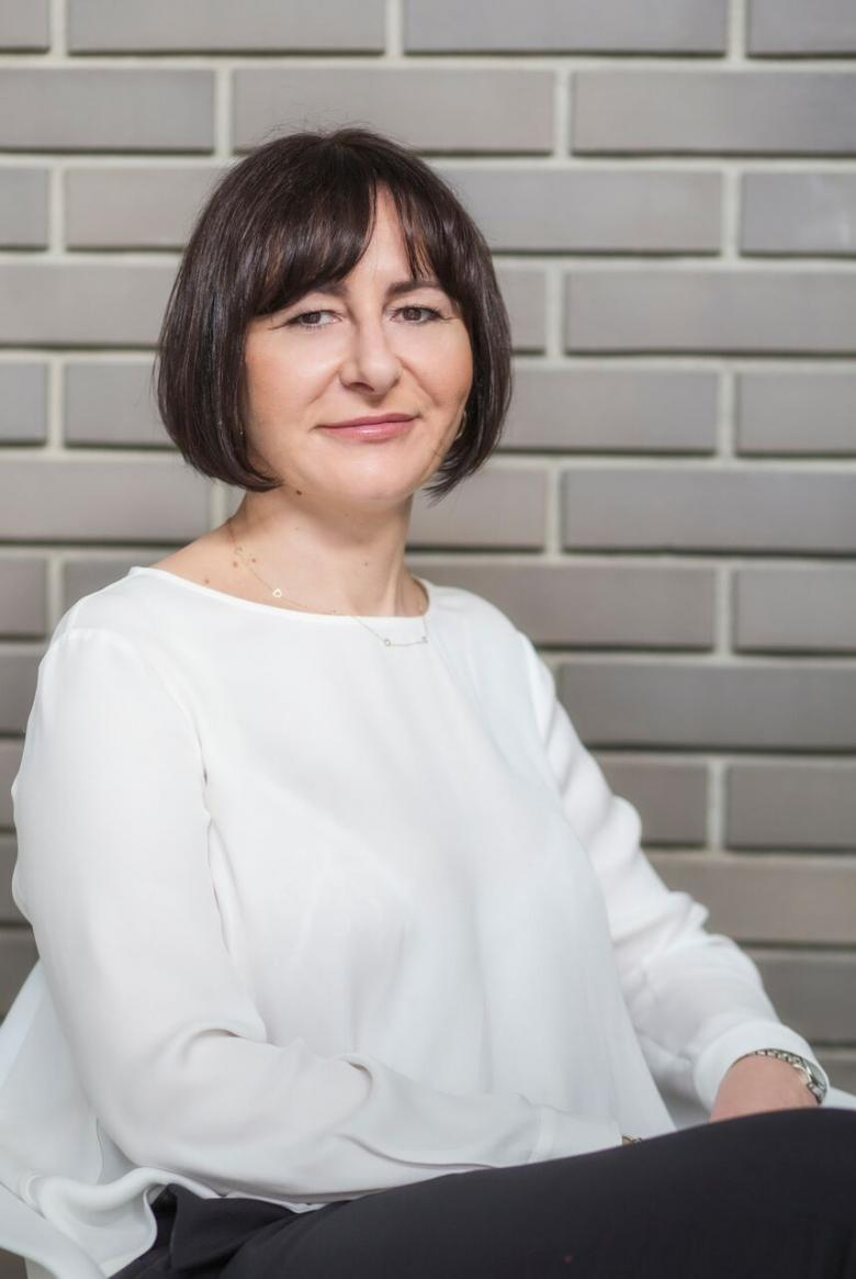Ciemnowłosa kobieta w białej bluzce