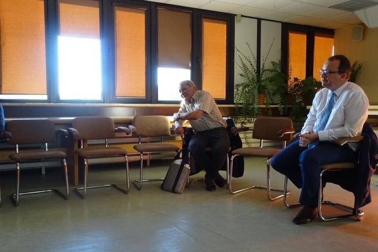 Zdjęcie: dwaj mężczyźni uważnie słuchają