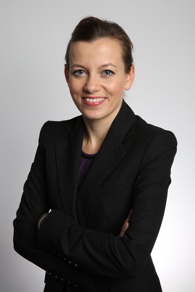 zdjęcie: uśmiechnięta kobieta w czarnej marynarce