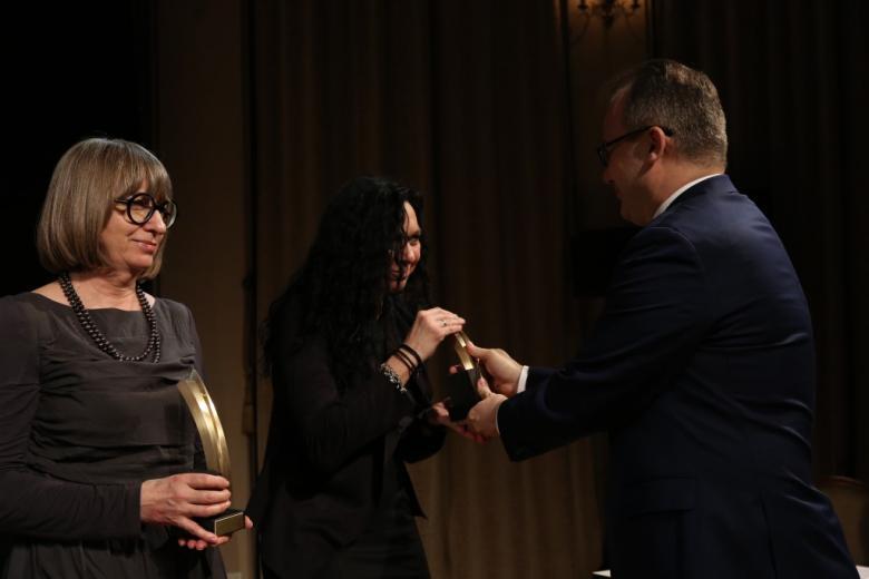 kobiety przyjmujące nagrody