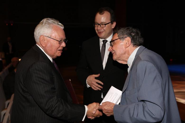 zdjęcie: trzej mężczyźni witają się