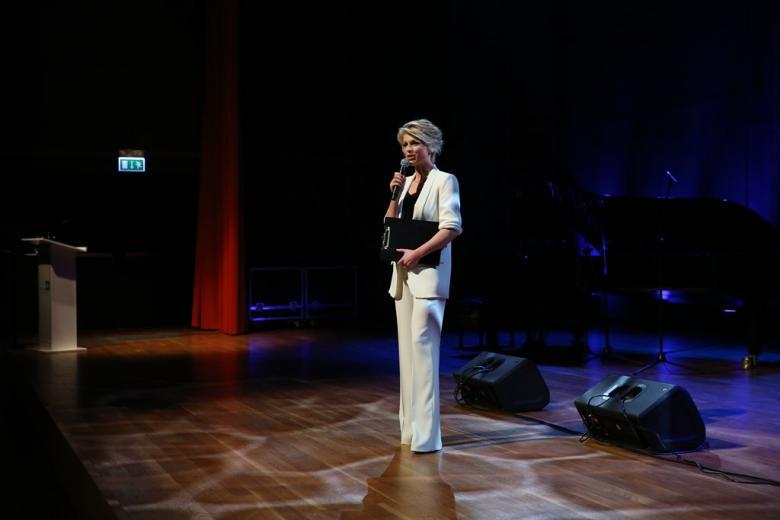 zdjęcie: kobieta stoi na scenie