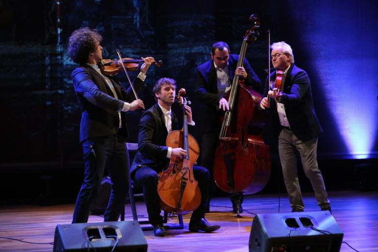 zdjęcie: grupa muzyczna na scenie