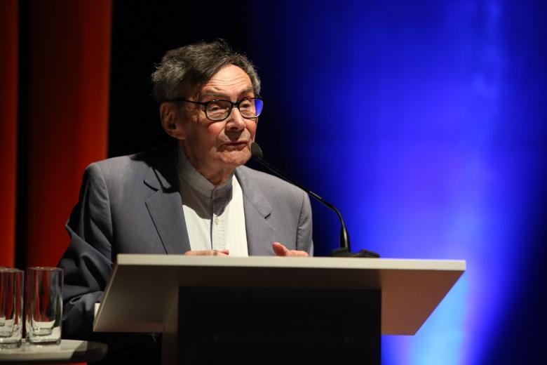 zdjęcie: mężczyzna przemawia przy mównicy