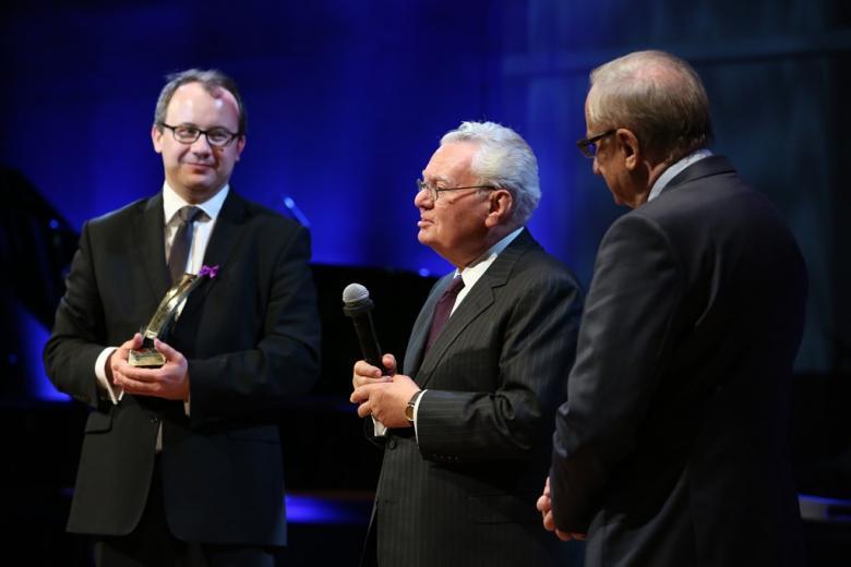 zdjęcie: trzej mężczyźni na scenie