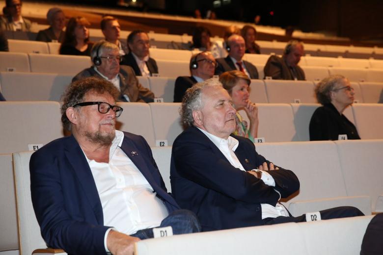 zdjęcie: widownia, na pierwszym planie siedzą dwaj mężczyźni