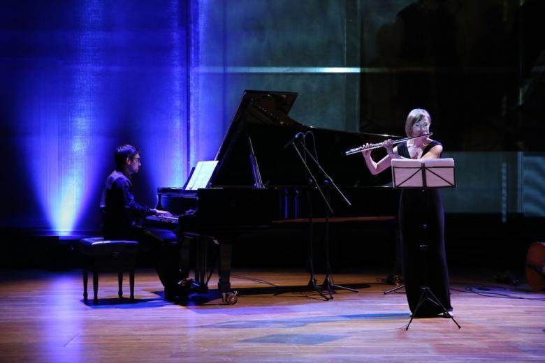 zdjęcie: na scenie pianista i flecistka