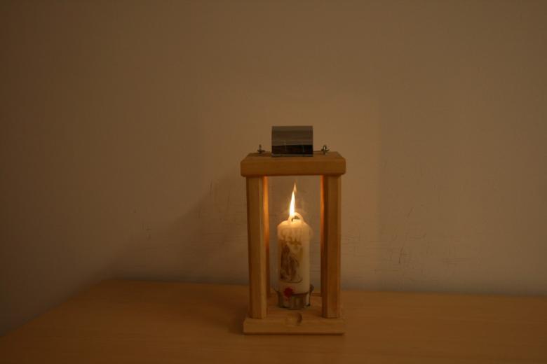 zdjęcie: na stole stoi lapion