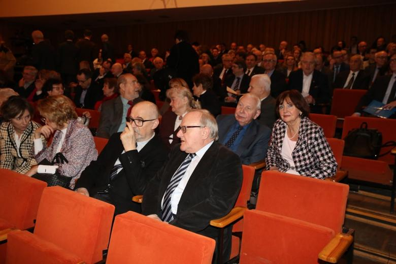Ludzie na widowni, na pierwszym planie dwaj mężczyźni