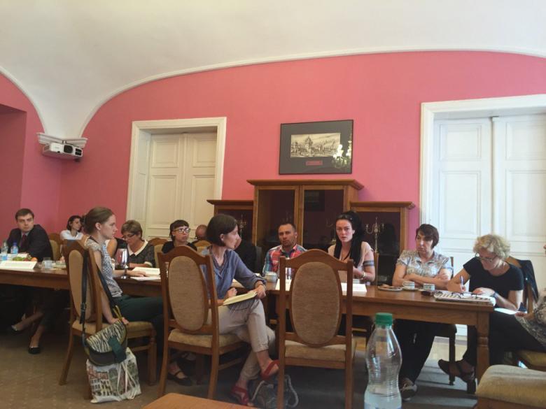 Zdjęcie: grupa ludzi siedzi przy stole