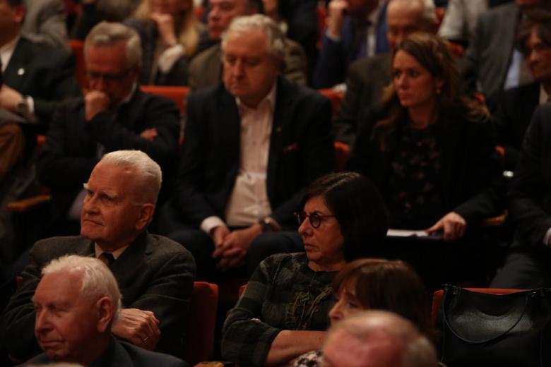 Ludzie na widowni sali koncertowej