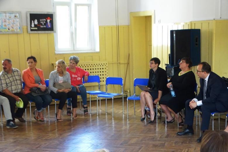 Ludzie rozmawiają na spotkaniu