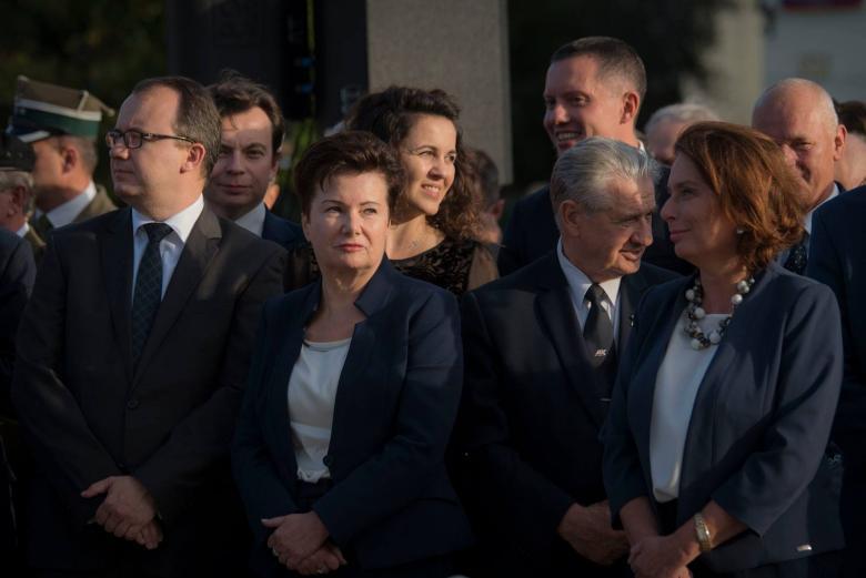 zdjęcie: kilkanaście osób stoi, są przedstawieni w ujęciu popiersiowym