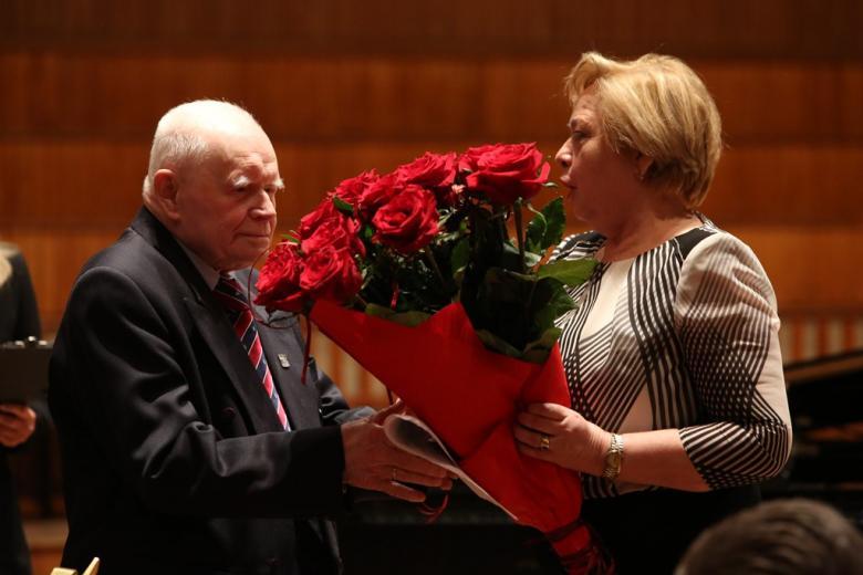Mężczyzna z bukietem czerwonych róż i kobieta