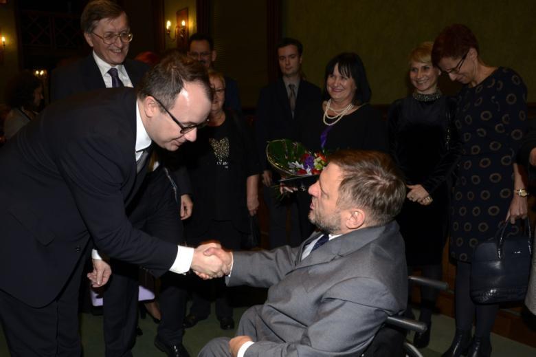 na zdjęciu dr Adam Bodnar składa gratulacje Laureatowi Nagrody