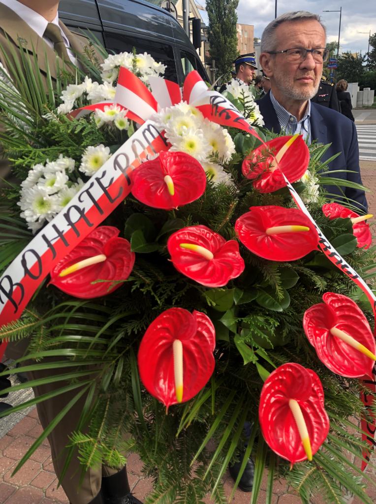 wieniec z biało-czerwonych kwiatów