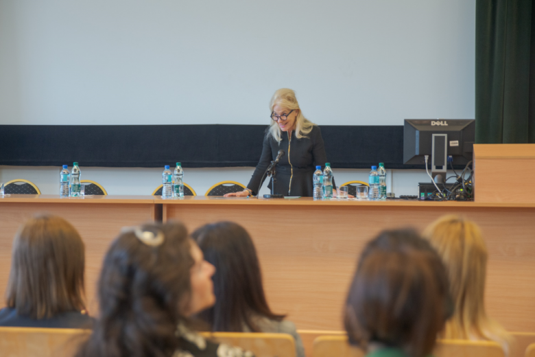 Kobieta mówi do zgromadzonych na sali kobiet