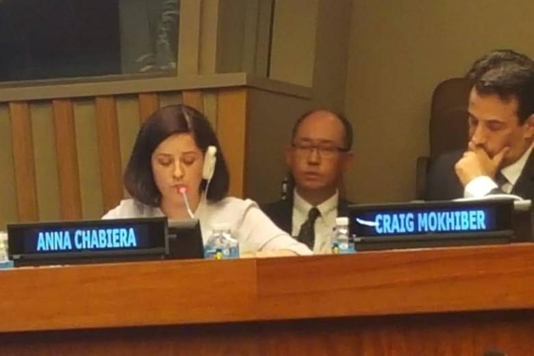zdjęcie: kobieta w ciemnych włosach mówi do mikrofonu