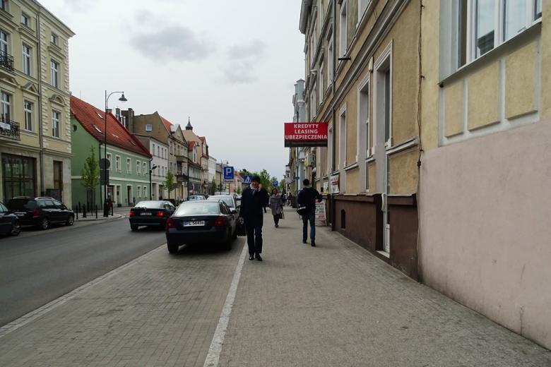 Mężczyzna idzie ulicą rozmawiając przez telefon