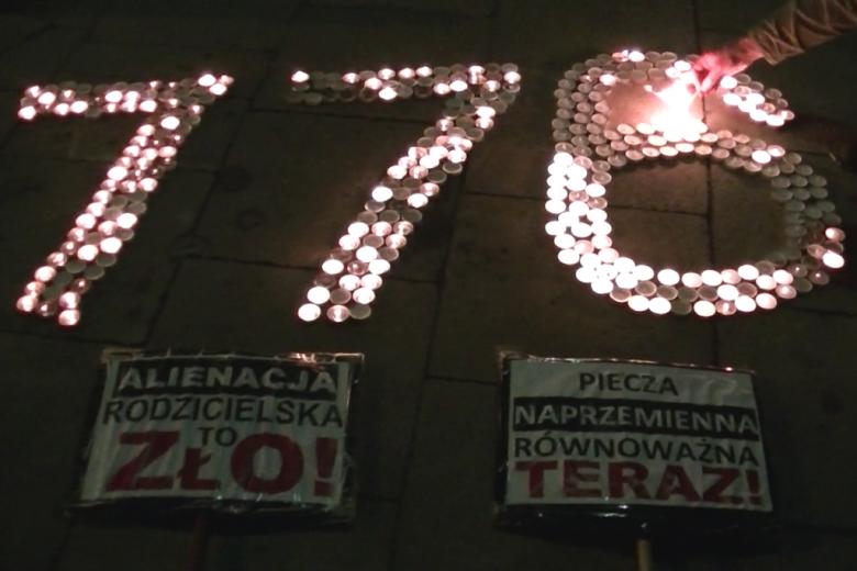 świeczki ułożone w napis 776
