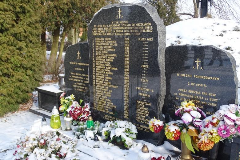 Tablica na kamieniu z nazwiskami osób zamordowanych w 1946 r.