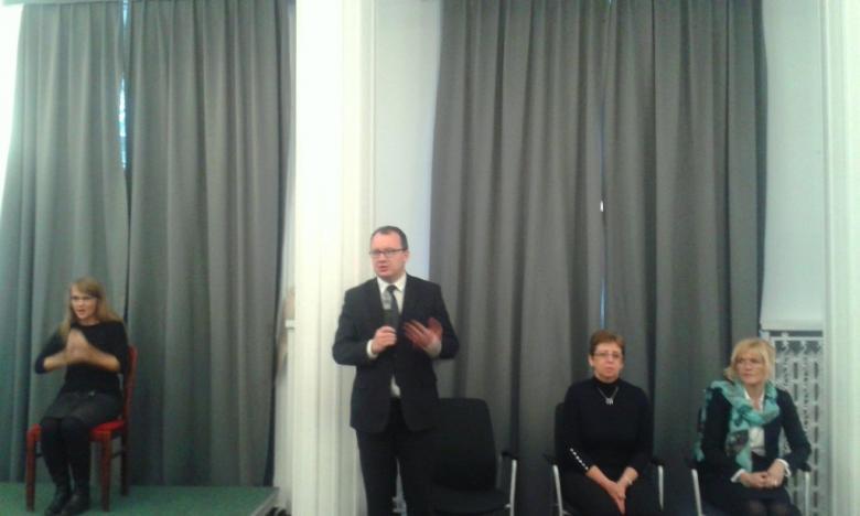 na zdjęciu Rzecznik dr Adam Bodnar podczas przemówienia oraz tłumacz PJM, Małgorzata Czajkowska-Kisil, Aleksandra Włodarska vel Głowacka