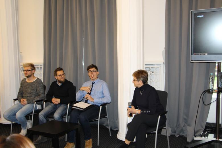"""na zdjęciu młode osoby podczas wystąpienia """"Świat w moich oczach"""" oraz Małgorzata Czajkowska-Kisil"""