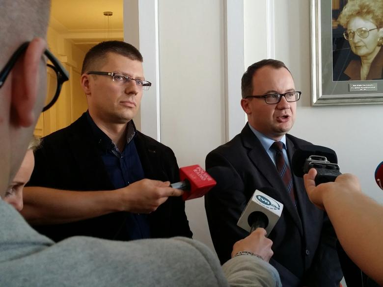 Na zdjęciu dr Adam Bodnar i dr Marcin Warchoł podczas briefingu prasowego