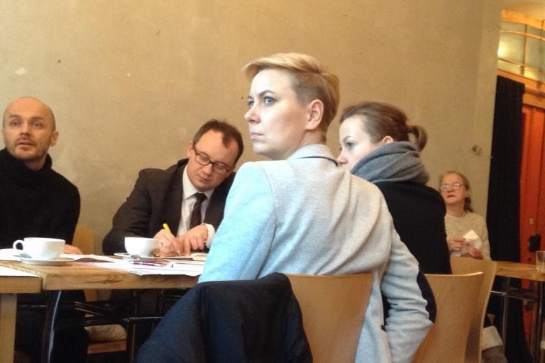 Zdjęcie: Adrianna Porowska odwraca się do osoby, która mówi (nie widać jej w kadrze); rzecznik Bodnar notuje