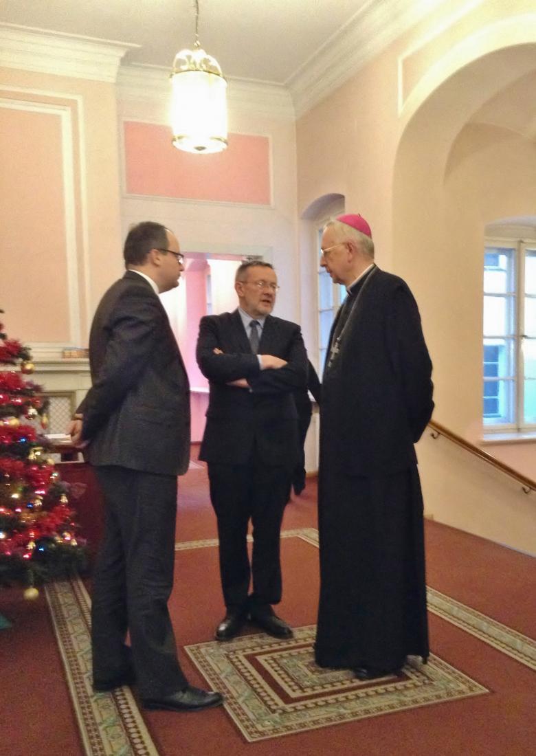 Zdjęcie: rzecznik Bodnar i abp Gądecki rozmawiają na korytarzu. Razem z nimi Andrzej Stefański z Biura Rzecznika