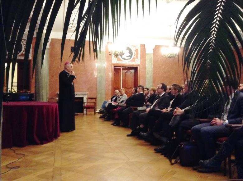 Zdjęcie: abp Gądecki przemawia do zebranych (ok. sto osób siedzi)