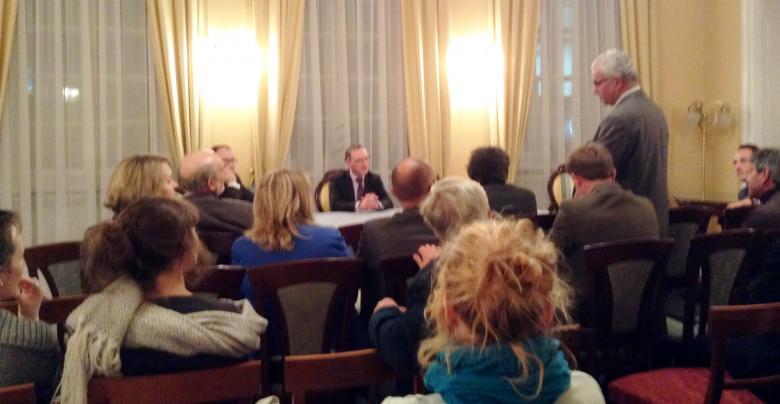 Zdjęcie: stoi wiceprezydent Stasica, obok niego rzecznik Bodnar. Abp Gądecki siedzi zwrócony w stronę mówiącego