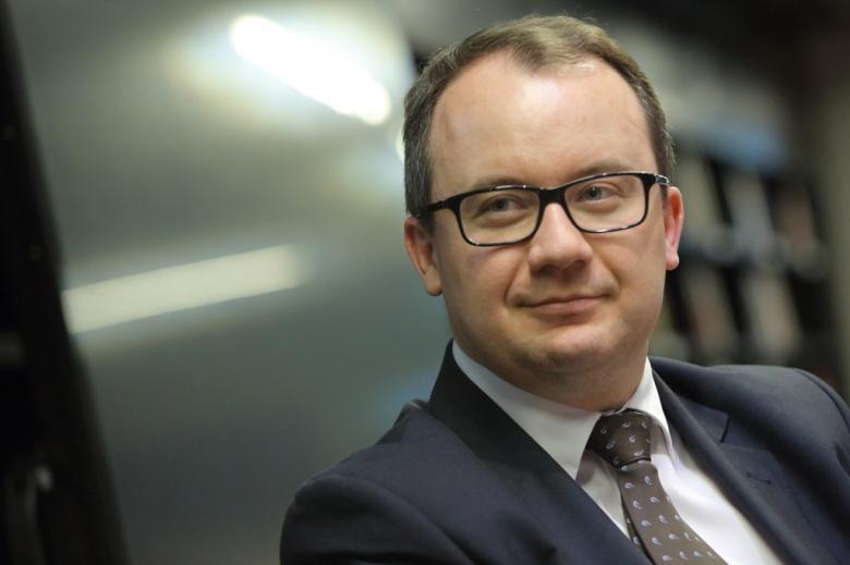 zdjęcie: mężczyzna w okularach i garniturze