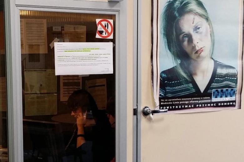 zdjęcie: kabina do rozmów w oknie widać kobietę ze słuchawkami