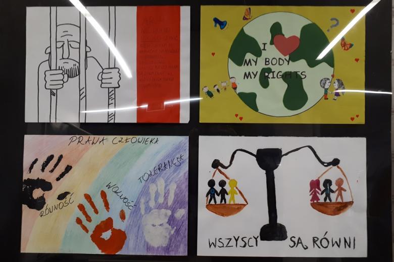 zdjęcie: na tablicy przymocowano cztery rysunki mówiące o prawach człowieka, m.in. dotyczce praw osób pozbawionych wolności