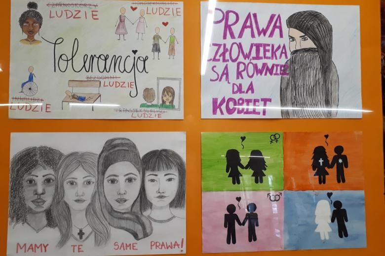 zdjęcie: na tablicy przymocowano cztery rysunki mówiące o prawach człowieka, m.in. dotyczace praw kobiet