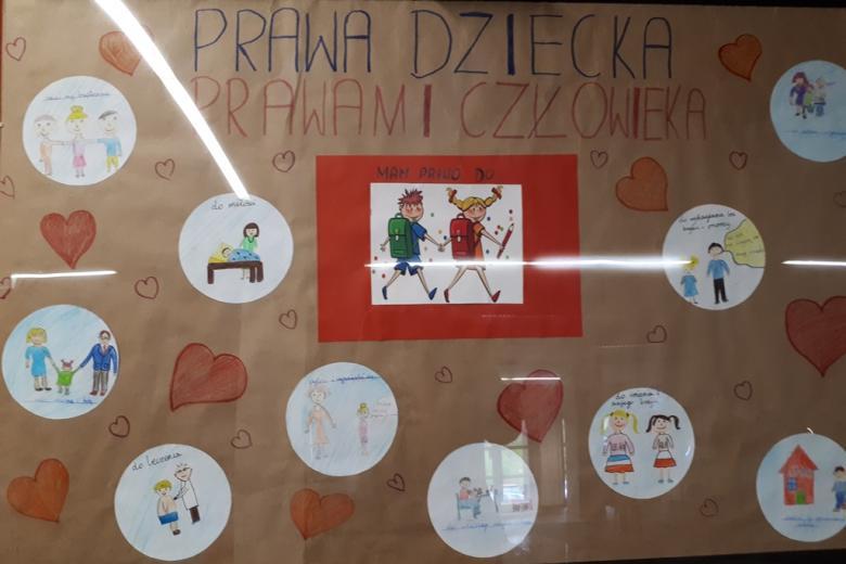 zdjęcie: plakat na którym przyklejono różne obrazki dotyczące spraw dzieci oraz czerwone serca. U góry napis: prawa dziecka prawami człowieka