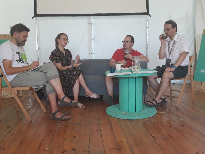 Osoby siedzą za stołem