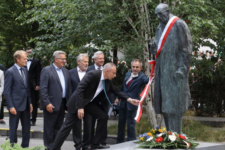 Na zdjęciu pomnik, syn profesora oraz byli prezydenci Polski