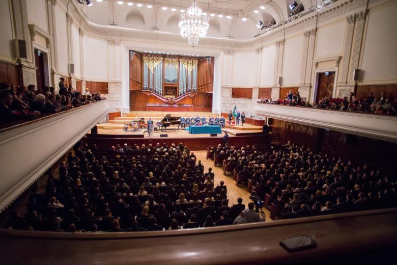 zdjęcie: kilkaset osób siedzi na sali w filharmonii