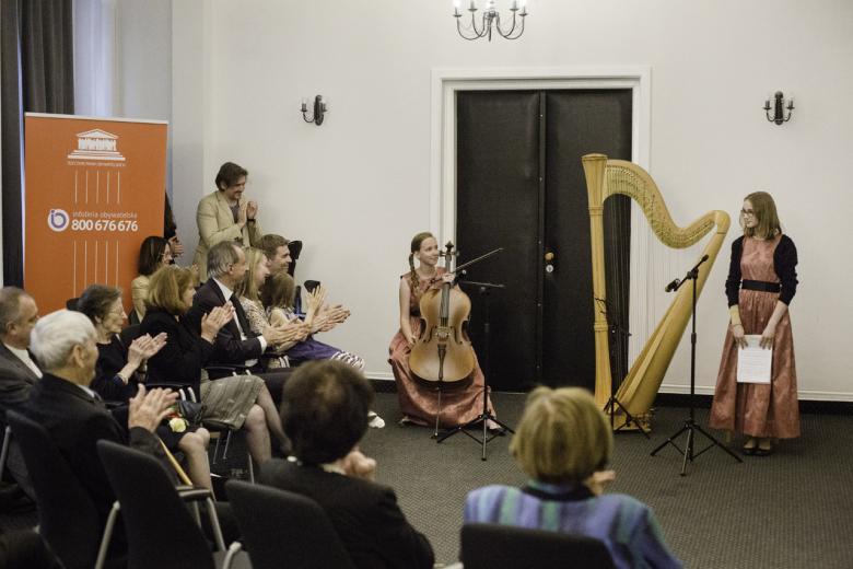 na zdjęciu koncert na harfę i wiolonczelę