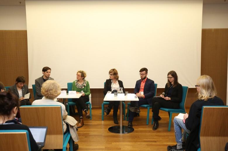 Paneliści przy stoliku