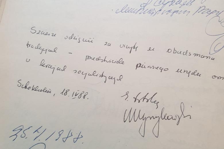 zdjęcie księgi pamiątkowej z ręcznie wypisanym tekstem