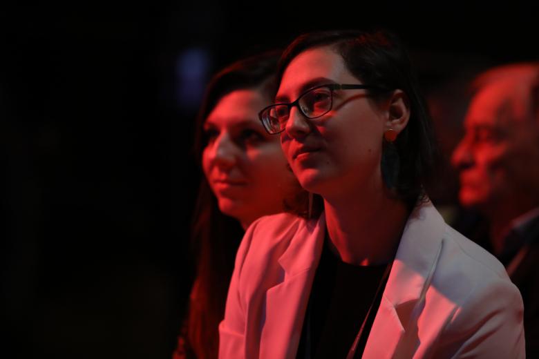 Młode kobiety na widowni