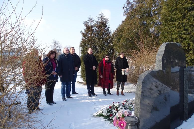 Grupa ludzi na cmentarzu