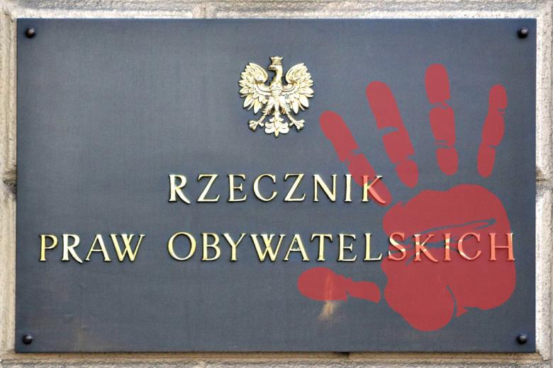 Tablica z napisem Rzecznik Praw Obywatelskich i odciskiem ręki na czerwono