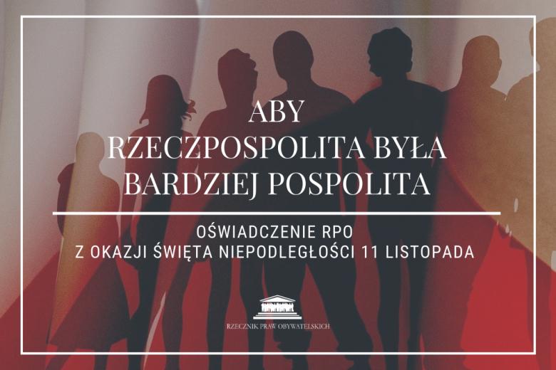 """sylwetki ludzi na tle polskiej flagi z napisem """"aby rzeczpospolita była bardziej pospolita"""""""