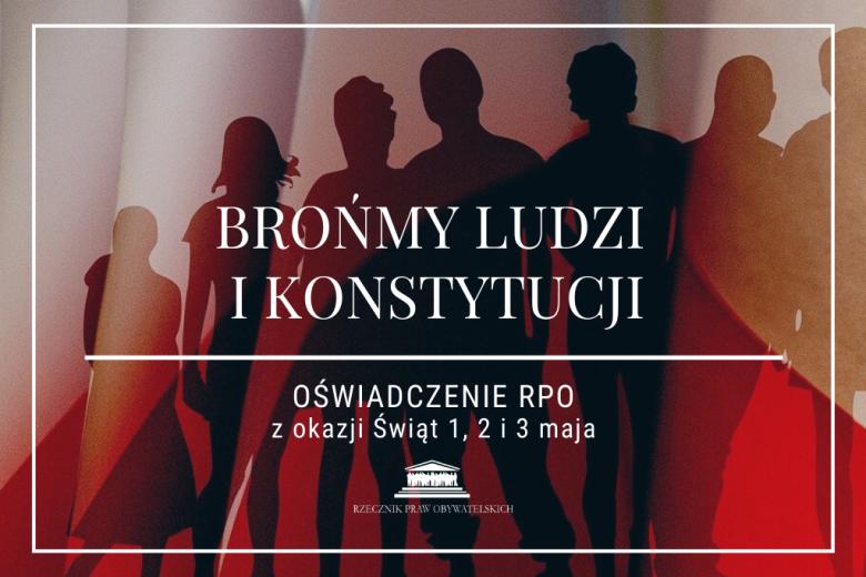 plansza z flagą Polski w tle i tłumem ludzi