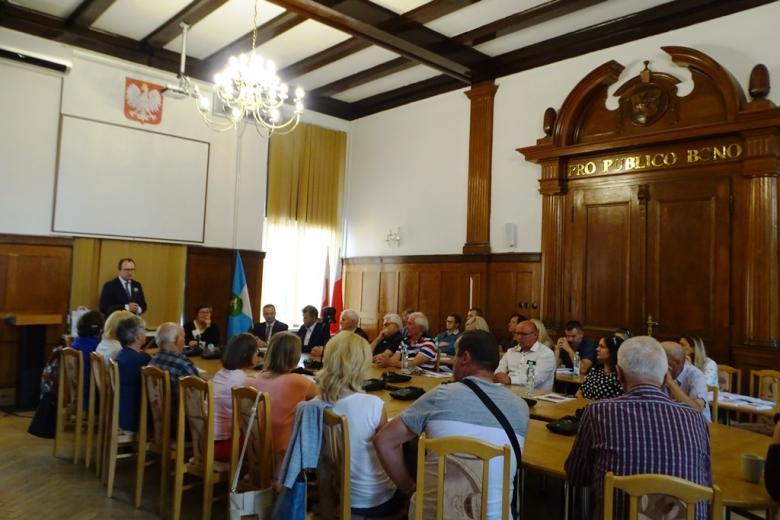 Ludzie na sali posiedzeń rady