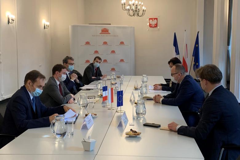 spotkanie dyplomatyczne przy stole